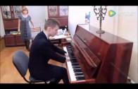 Inspirerend! Een Russische jongen speelt piano zonder handen.