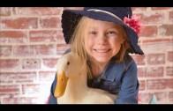 Een meisje en haar eend