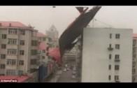 Bizarre storm blaast huizen om in China