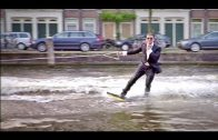 Wakeboarden in pak door Amsterdam