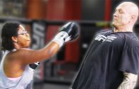 Mensen proberen een UFC vechter te slaan