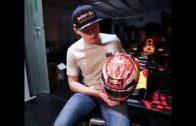 Max Verstappen showt nieuwe helm