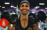 Vrouw bodybuild nog steeds op 80ste jaar