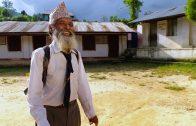 Man van 69 gaat nog steeds naar school in Nepal