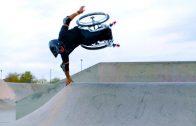Man in rolstoel doet stunts